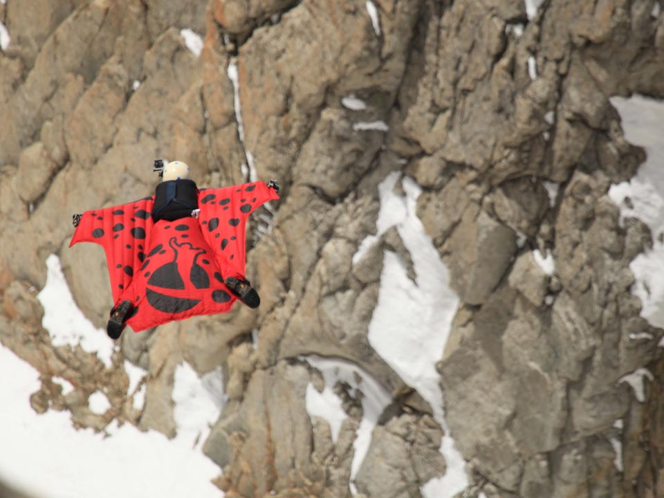 Un saut de wingsuit en haute montagne